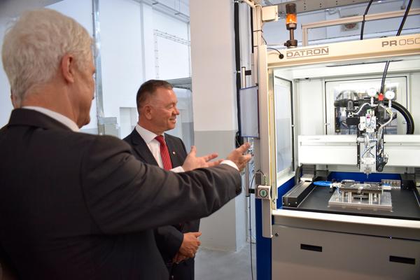 Die neue Produktionsanlage für Dosiertechnik nimmt im Beisein von Hubert Reiff den Betrieb auf