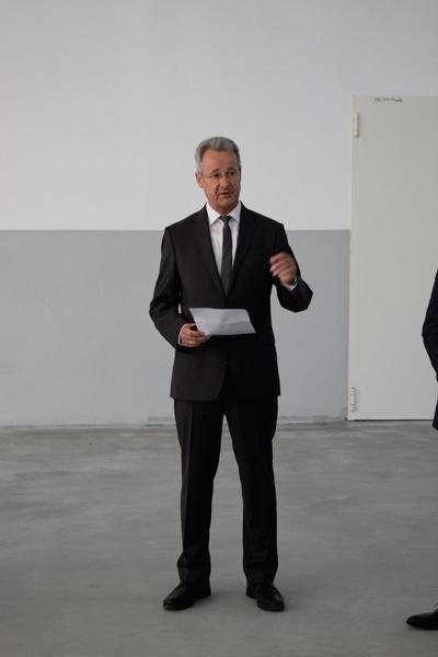Geschäftsführer Jan Beutnagel wendet sich an das Publikum
