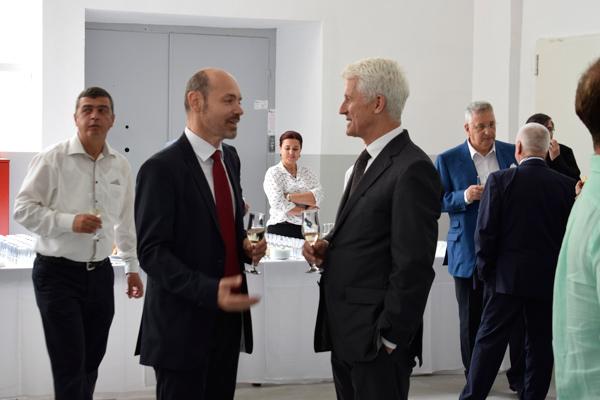 Werksleiter Tudor Garbacea im Gespräch mit Hubert Reiff
